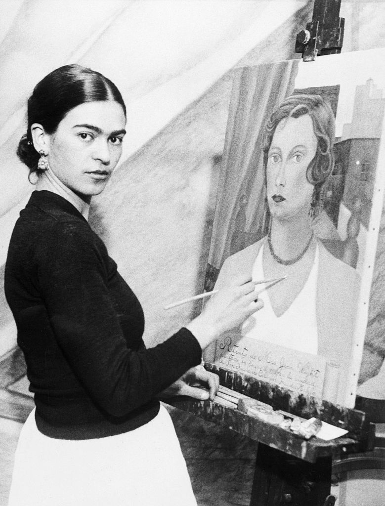 Frida Kahlo painting a portrait of a San Francisco society woman in 1931